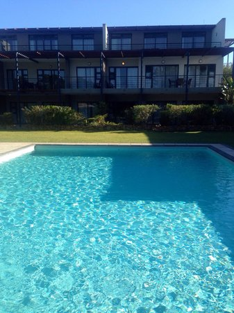 Premier Hotel Knysna – The Moorings: Pool area with hotel facade in back ground