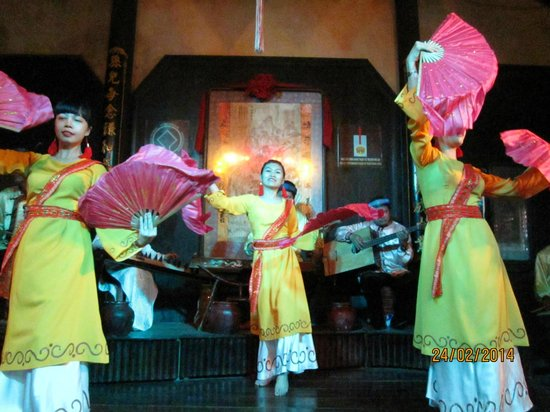 Hoi An Handicraft Workshop: Cultural show