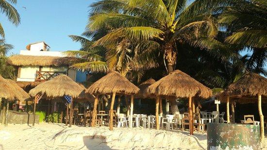 Hotel Costa del Mar: Las reposeras y las mesas en la playa de Costa del Mar