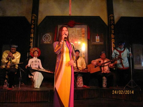 Hoi An Handicraft Workshop: A local singer