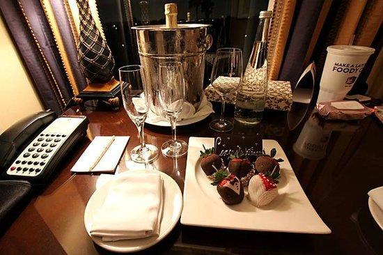 The Langham Huntington, Pasadena, Los Angeles: サービスで頂いたデザート&シャンパン