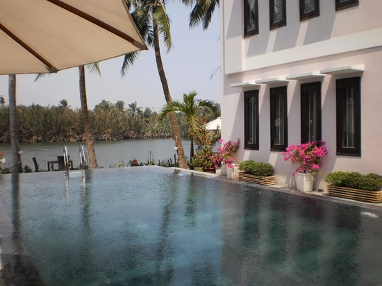 Riverside Garden Villas : infinity pool
