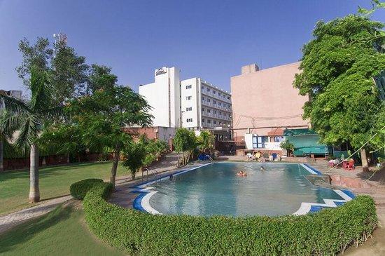 Hotel atithi agra bewertungen fotos preisvergleich for Preisvergleich swimmingpool