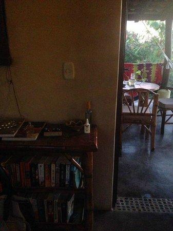 Troncones Point Hostel: Librero y comedor