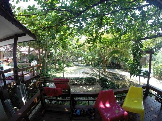 Palita Lodge: вид на сад с балкона