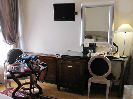 Liassidi Palace Hotel : ベッド以外のスペースがあまりない。ドレッサーと椅子の高さが合っていないのでここで化粧するのは無理。