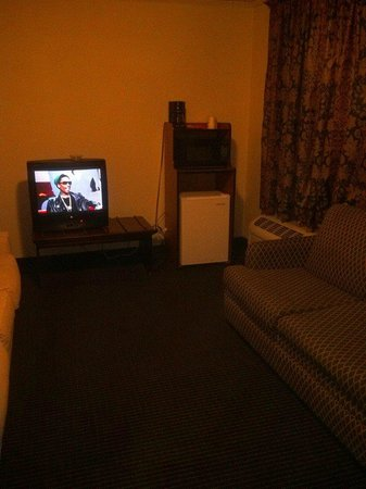 Days Inn & Suites Vicksburg: Living room with fridge and mixed match furniture