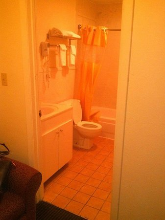 Days Inn & Suites Vicksburg: bathroom where you can see the carpet tacked to floor