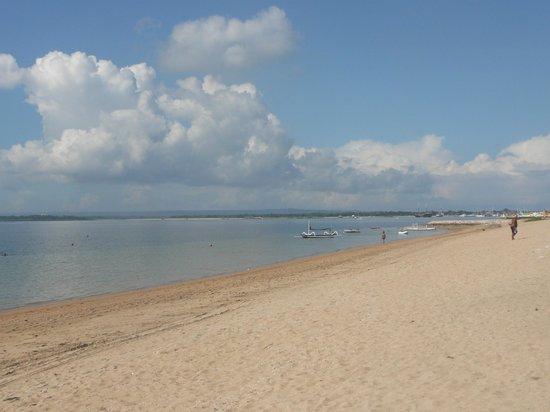 Prama Sanur Beach Bali: Pantai Sanur sekaligus bale bengong yg nyaman