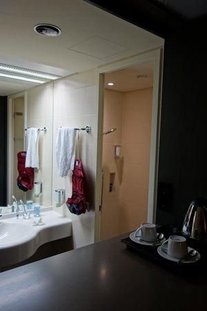 offene Bad-Nische mit Tür zur Dusche - Bild von ARCOTEL Onyx ...