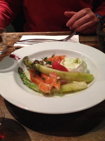 La Cantine Du Troquet : Salmon and white asparagus appetizer with poached egg