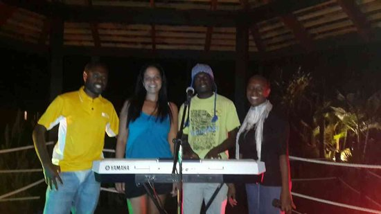 Warwick Le Lagon - Vanuatu: Max and Shina tge Resort needs you to be there 24/7 talent I have never seen