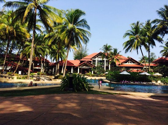 Dusit Thani Laguna Phuket: View of the pool and the main building