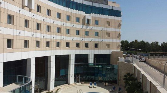 Holiday Inn Muscat Al Seeb: Veiw overlooking pool.