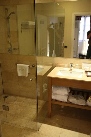 Le Reve Hotel Boutique: Junior Suite bathroom