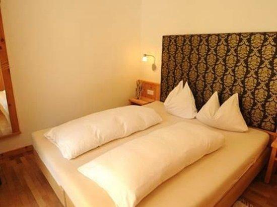 Residence Montani : Doppelbett im Appartament Typ A