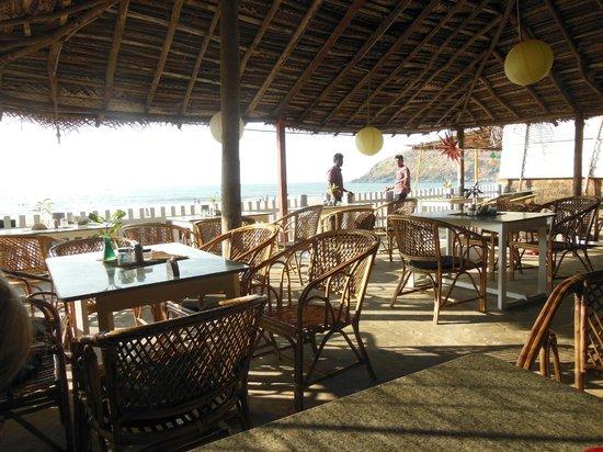 Arya Ayurvedic Panchakarma Centre Gokarna : le restaurant sur la plage