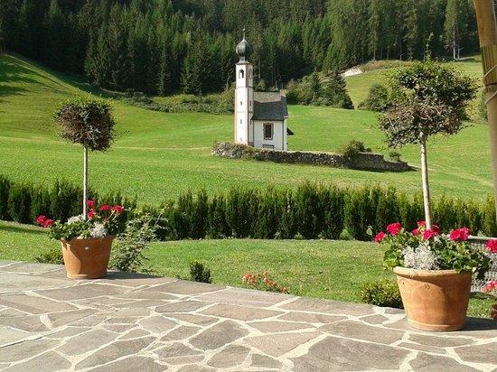 Ansitz Ranuihof: La chiesetta di S.Giovanni in Ranui vista dal bellissimo patio del maso.