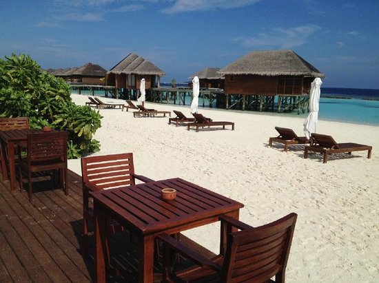 Vakarufalhi Island Resort: Beach in front of the restaurant