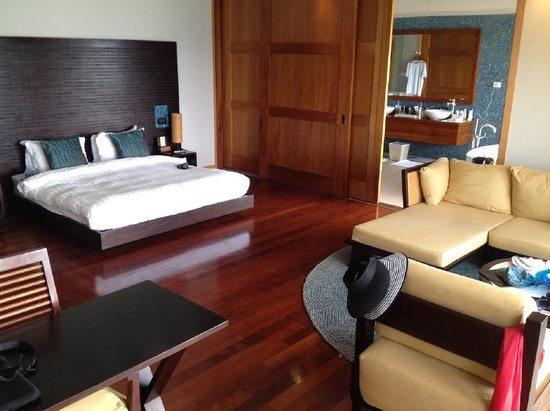 Vakarufalhi Island Resort: Water bungalow - bed- & living-room