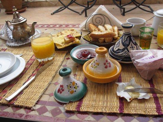 Riad Ain Marrakech : petit déjeuner sur la terrasse