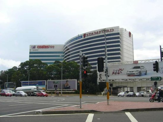 Stamford Plaza Sydney Airport : View of the hotel building from main street