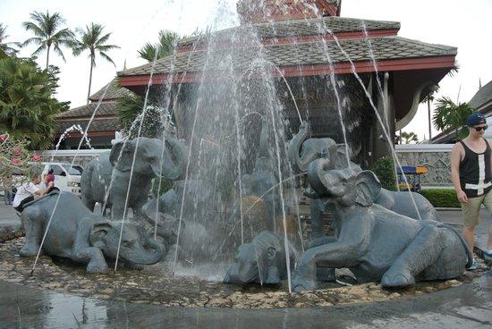 Novotel Samui Resort Chaweng Beach Kandaburi : In front of the resort