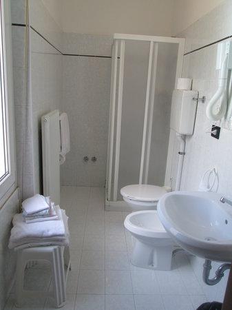 Hotel Neni: bagno camera