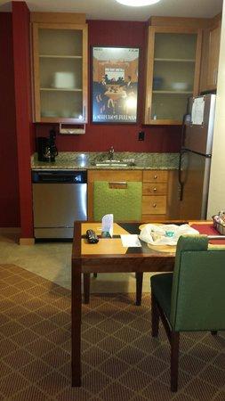 Residence Inn South Bend Mishawaka: Kitchen area