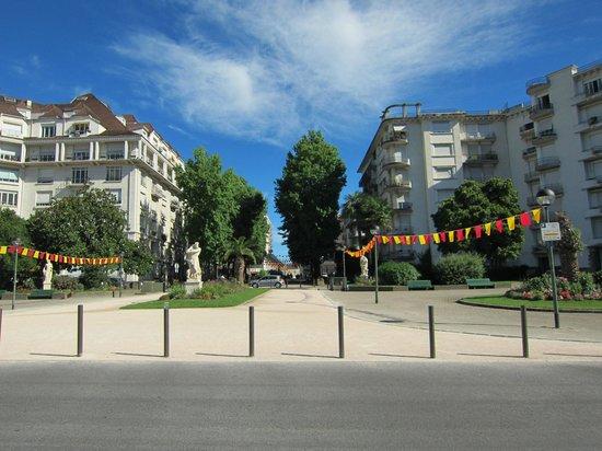 Boulevard des Pyrénées : Boulevard des Pyrenees looking towards the town