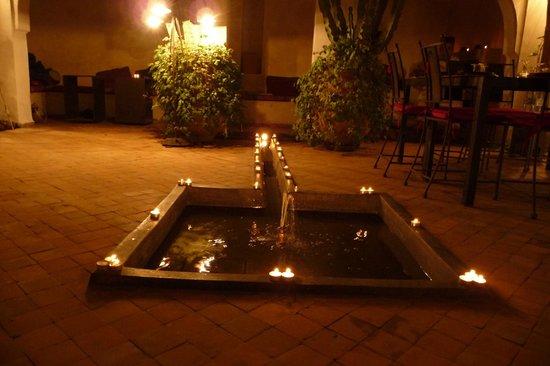 Riad O2 : Abendliche Dekoration im Innenhof