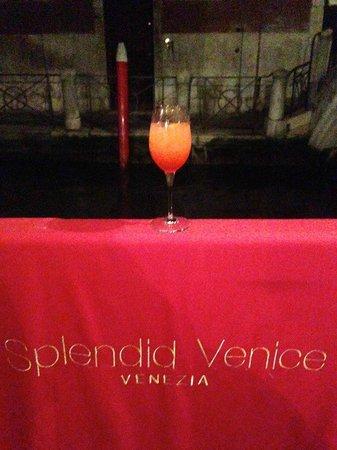 Starhotels Splendid Venice: Вид на канал с крыльца отеля