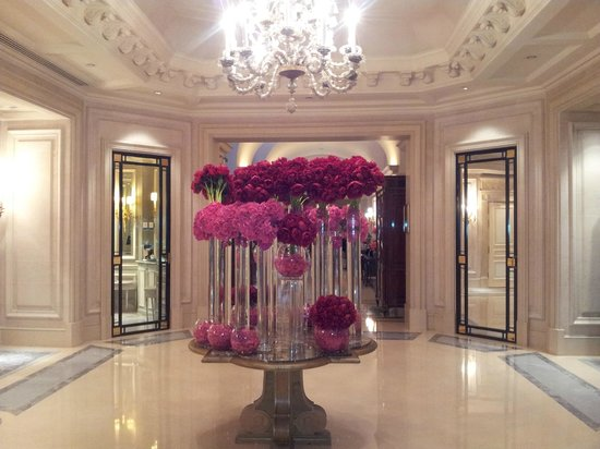 Four Seasons Hotel George V Paris : Цветы в лобби