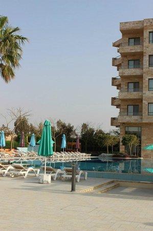 Ramada Resort Dead Sea: вид на отель со стороны моря