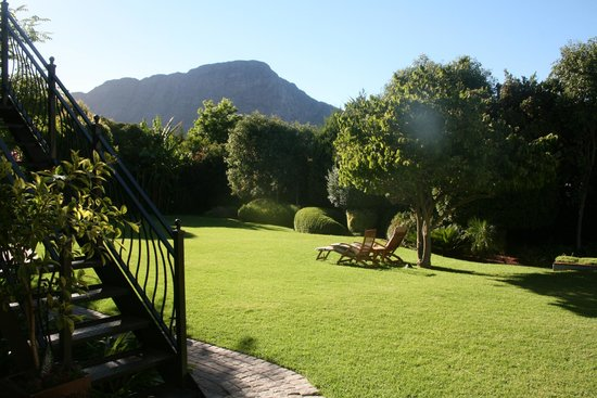 Avondrood Guest House: View of garden