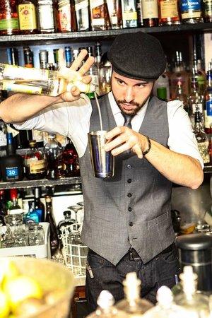 Le Comptoir Cocktail Bar: Victor mixologist