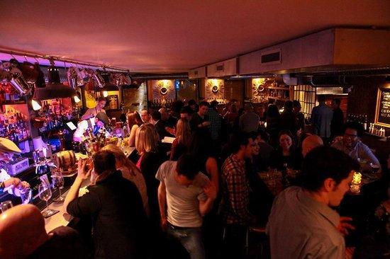 Le Comptoir Cocktail Bar: Le Comptoir at night