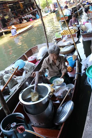 Damnoen Saduak Floating Market: Lady making noodles