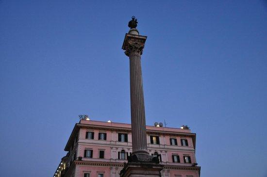 Mecenate Palace: Это здание отеля, а фонарики на крыше - это как раз терраса