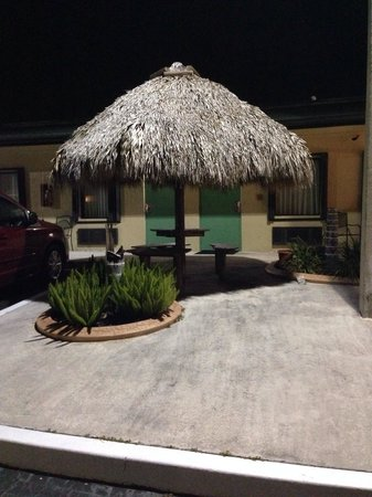Travelodge Florida City/Homestead/Everglades: Tiki hut outside of our room!