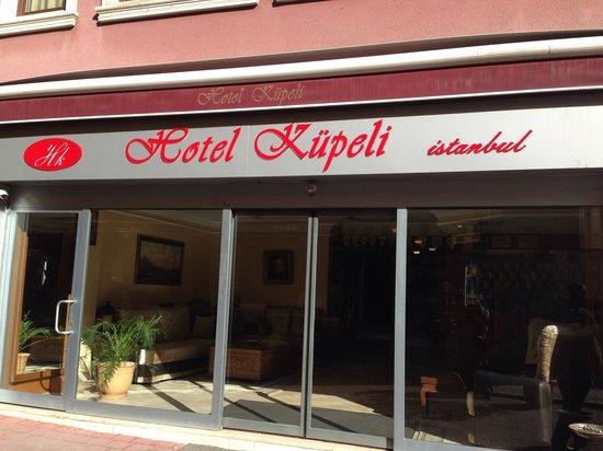 Kupeli Hotel : L'entrée de l'hôtel