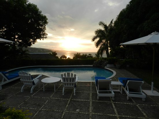 Round Hill Hotel & Villas: Spectacular sunset from lanai