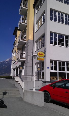 Appartementhotel Sonnenwende: Fra gaden. Lille skilt under ølskiltet