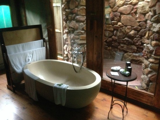 Botlierskop Private Game Reserve: Relaxing bath under canvas after a hard day!