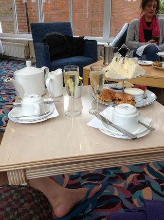 The Hog's Back Hotel & Spa Farnham : Average afternoon tea