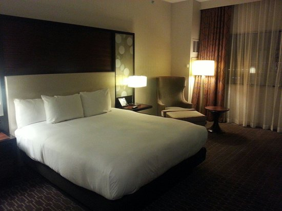 Hilton Atlanta Airport: Single King bed on executive 17th floor