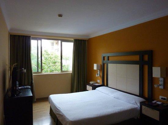 Hotel Colon Rambla: Chambre avec vue sur la piscine