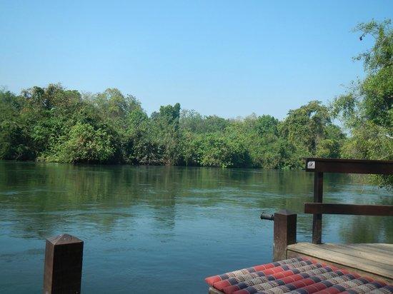 Oriental Kwai Resort : Uitzicht vanaf de vlonder aan de River Kwai