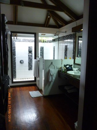 Wananavu Beach Resort : Bathroom with indoor/outdoor shower
