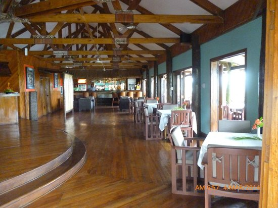 Wananavu Beach Resort: Resturant (most of the tables moved outside for outdoor dining)